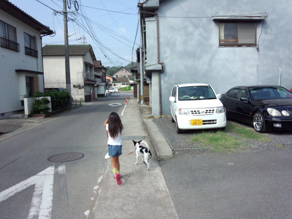 パピーと散歩する娘