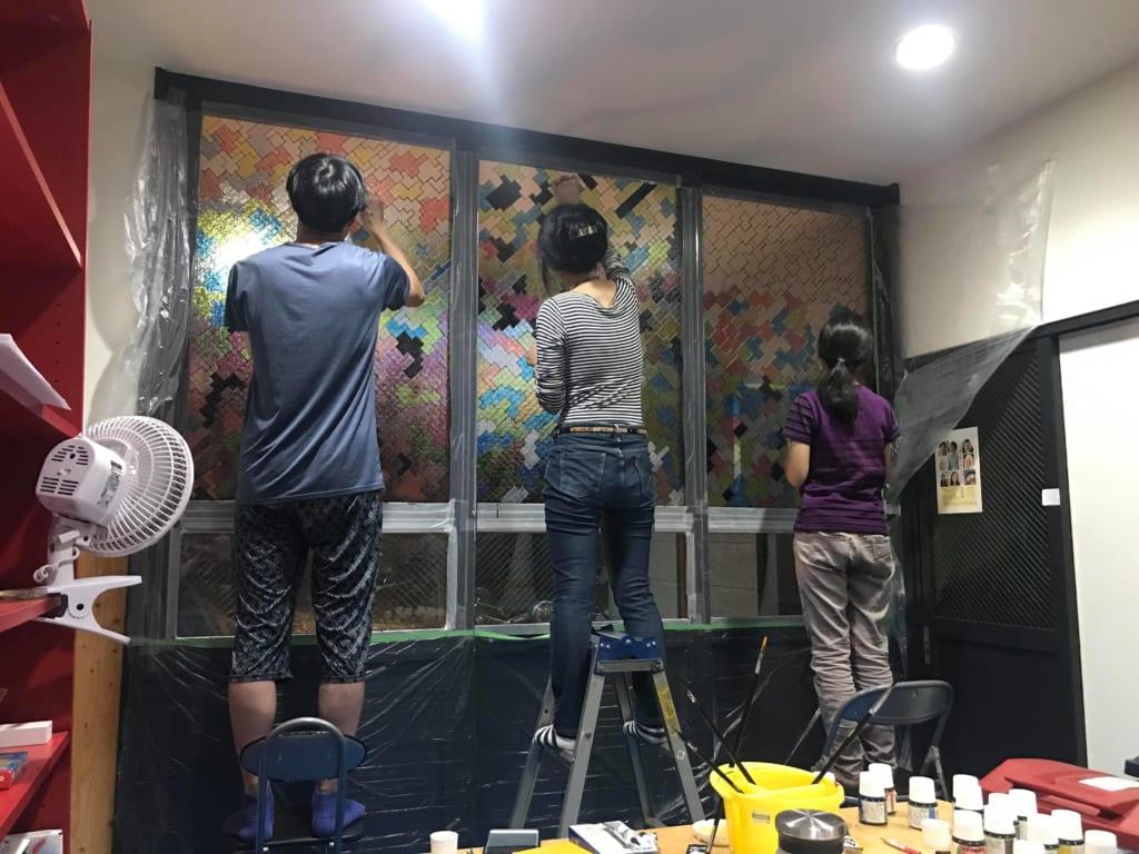 みんなで川崎のシェアハウスMAZARIBAのリビングにアートを作る