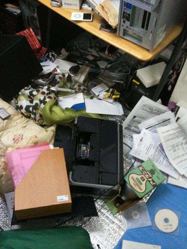 地震発生直後の事務所。徹夜明けで地震発生の10分ほど前まで、机の下に寝袋で寝ていた。プリンターが落ちてきた辺りに頭があった。