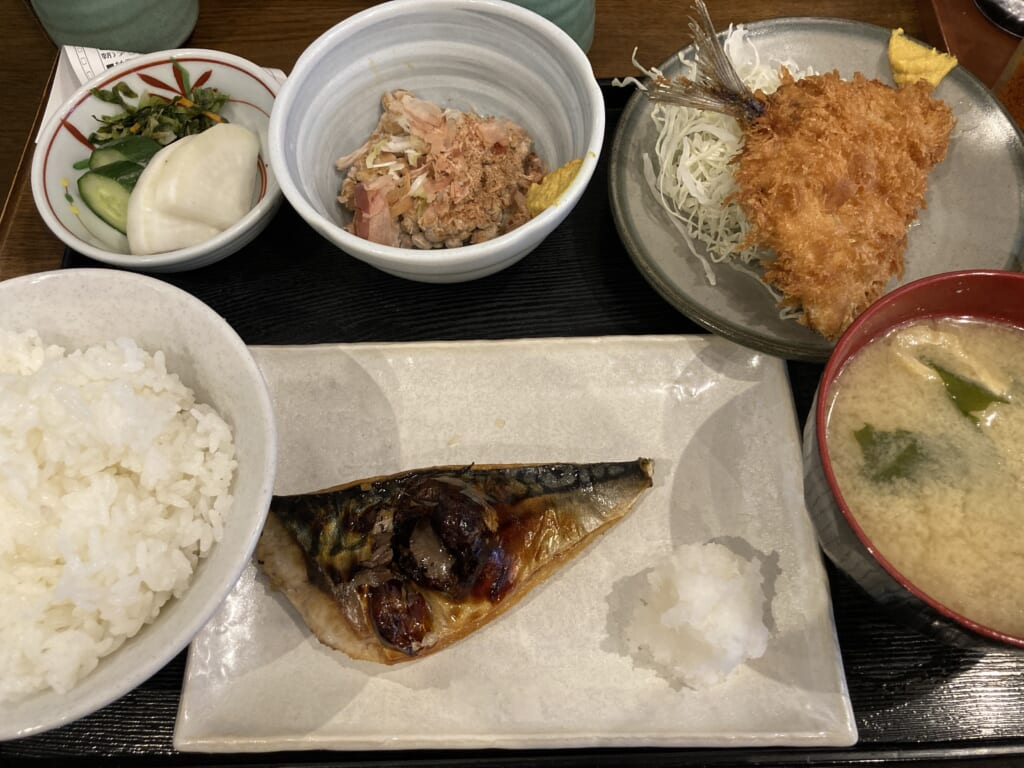 鯵フライと鯖の定食。550円
